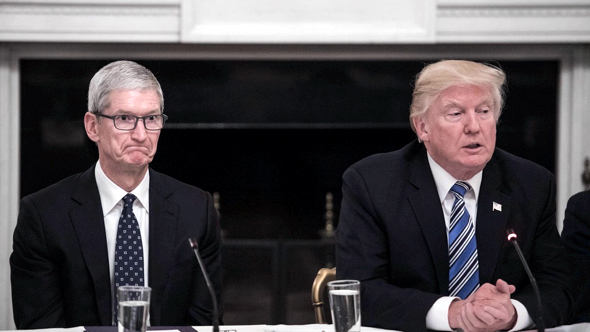 Apple CEO Tim Cook (left) and U.S. President Donald Trump at  American Technology Council meeting on June 19, 2017 (photo:  Nicholas Kamm/AFP/Getty)